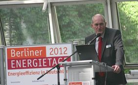 Peter Rathert am Mikrofon
