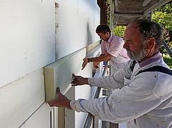 Handwerker bauen Brandschutzriegel
