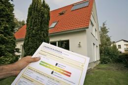 Energheausweisformular vor Haus