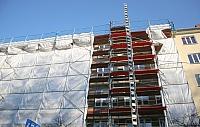 Gebäude verhängt vor Dämmung