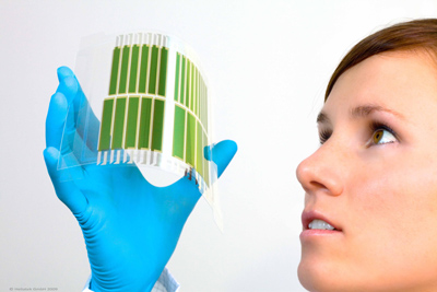 Frau mit Solarfolie in der Hand